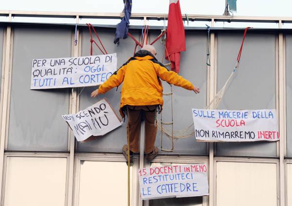 Il professore wolfanco sbodio sospeso sulla facciata della for Rosa dei mobili torino