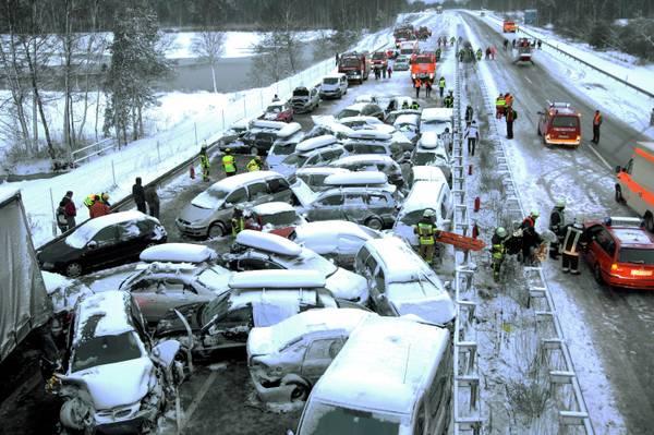 Incidente provocato dal manto stradale reso viscido dalla neve