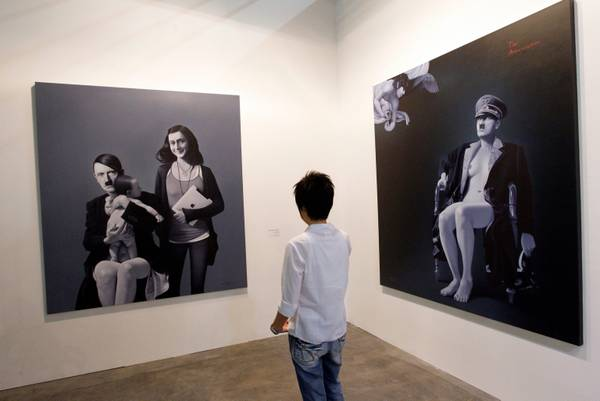 Serie di dipinti dell'artista indonesiano Ronald Manullang, intitolata Final Judgement che ritraggono Adolf Hitler dal concepimento di un bimbo fino alla nascita all'Art Stage di Singapore