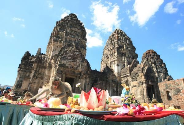 Thailandia, nella 'citta' delle scimmie' un buffet festival tutto per loro