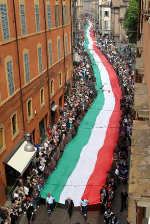 Il tricolore piu' lungo del mondo di 1797 metri sfila per le vie del centro di Modena portato da 1865 volontari in occasione della Festa del 2 giugno
