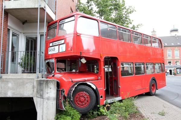 Germania storico bus a due piani inglese contro una casa for Nuovi piani casa a due piani