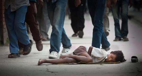 Un bimbo nepalese dorme in strada a Kathmandu