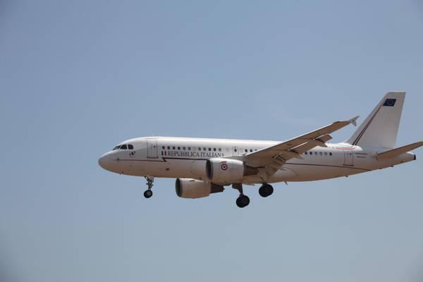 L'aereo con a bordo il presidente del Consiglio, Silvio Berlusconi, in una immagine del 06 agosto 2011 sopra l'aeroporto di Olbia
