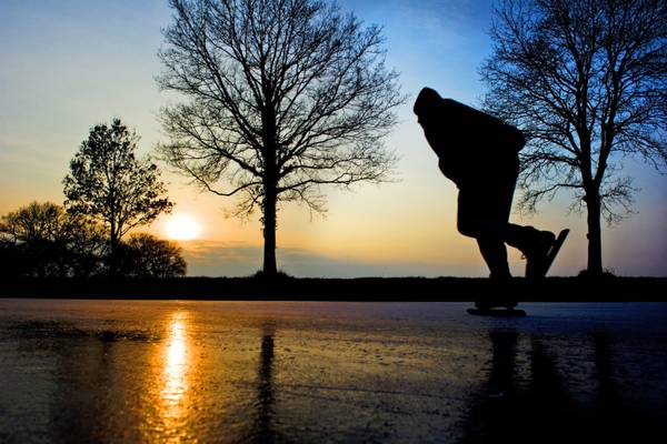 Un uomo pattina sulla superficie gelata di un lago  nei pressi di Groningen,in Olanda