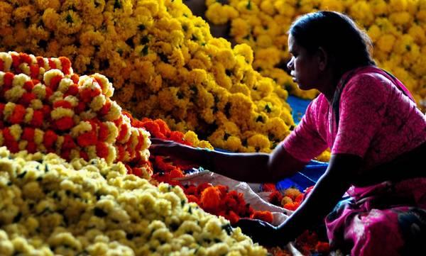 Mercato dei fiori in India, alla vigilia della festa di Dasara