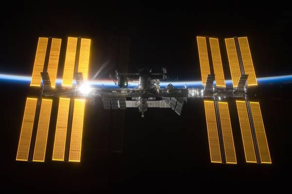 Il Sole sorge dietro la Stazione Spaziale Internazionale (fonte: NASA/ESA)