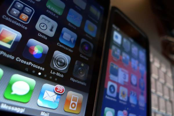 Kroes: nel 2014 proposta fine costi roaming in Ue