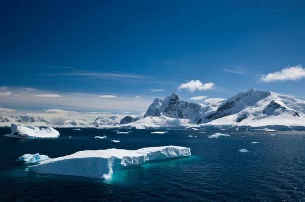 Un iceberg nel porto del Paradiso, in Antartide (fonte: iStockphoto/Julie Harris)