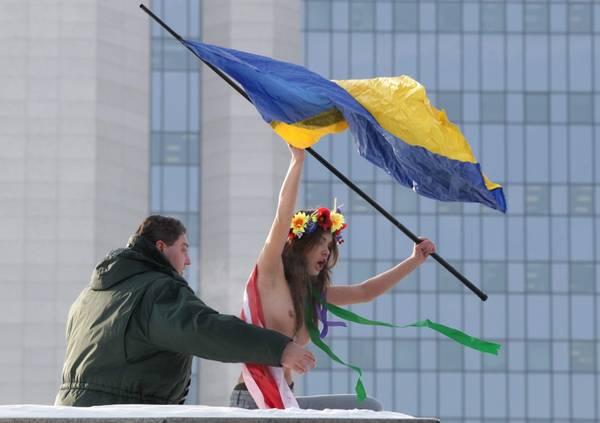golie-ukrainki-vozle-gazproma