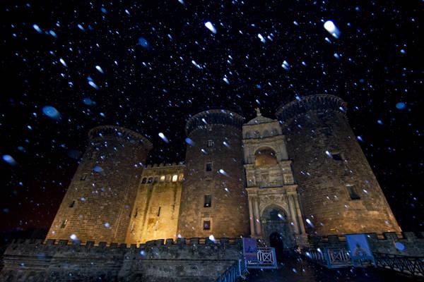 Fiocchi di neve nella notte davanti al Maschio Angioino a di Napoli