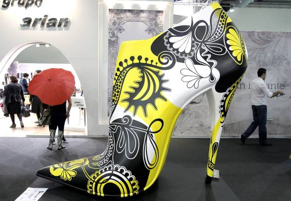 Una scarpa gigante a Madrid in occasione del festival internazionale Footwear and Leather Goods International Fair