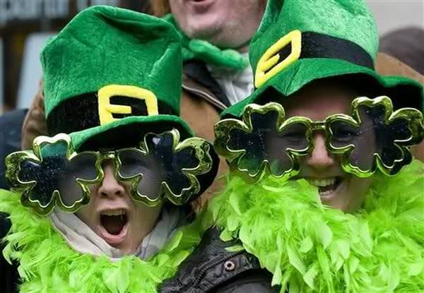 durante la parata per san Patrizio tutti indossano sempre qualcosa di verde
