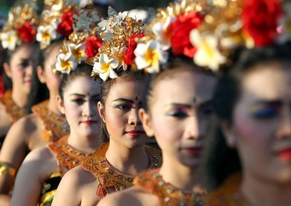 Un gruppo di ragazze indu' si prepara a celebrare la Giornata del Silenzio a Jakarta