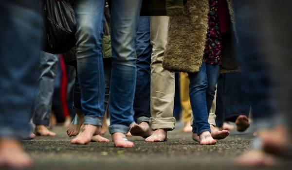 Ad Amsterdam una giornata senza scarpe per le strade della citta'