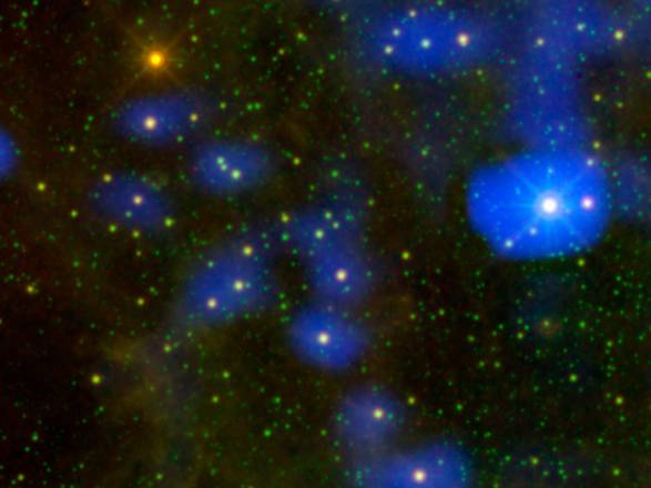 La stella morente è il puntino arancione in alto a sinistra (fonte:  NASA/JPL-Caltech)