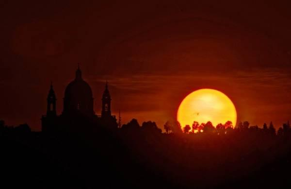 La macchia AR 1476 è ben visibile sul disco del Sole che sta sorgendo accanto alla Basilica di Superga (fonte: Stefano De Rosa, http://stefanoderosa.com/)