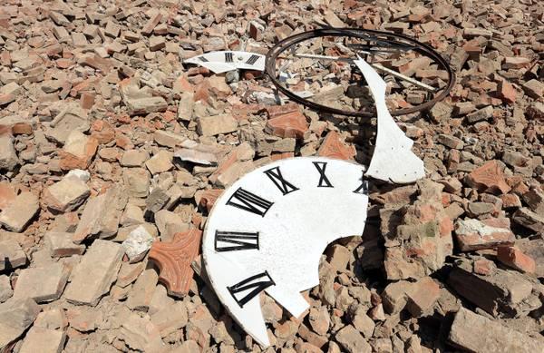 Risultati immagini per orologio distrutto