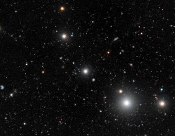 La regione del cielo intorno al quasar HE0109-3518 (al centro), la cui radiazione fa brillare le galassie buie, rendendole visibili (fonte: ESO, Digitized Sky Survey 2 and S. Cantalupo, UCSC). Avvistate le galassie buie