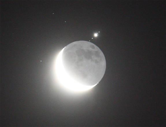 Nella fase finale dell'occultazione emergono dal disco lunare, a partire da sinistra: Callisto, Ganimede, Giove, Io, Europa. Immagini riprese con il telecopio Newton, dell'osservatorio di Punta Falcone, a Piombino. (fonte: Roberto Masi, Paolo Volpini)