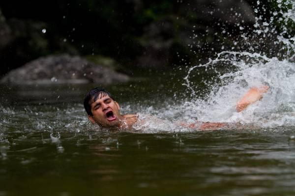 Il bagno sacro dei pellegrini indu 39 foto racconti in - Bagno purificatore ...