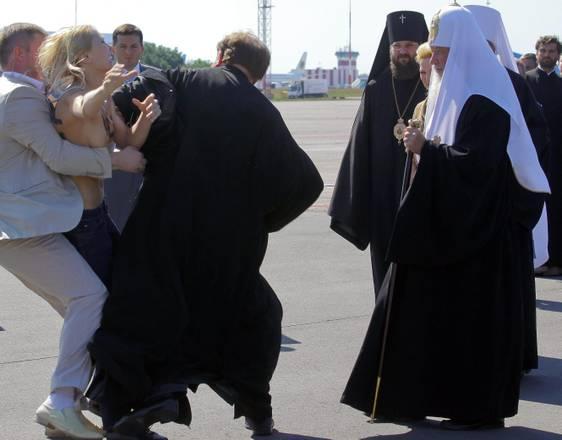 L'attivista viene bloccata sulla pista dell'aeroporto di Kiev