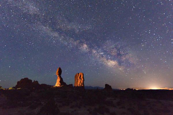 La  Via Lattea e la costellazione dello Scorpione nel cielo estivo, vista dagli Stati Uniti, ad Arches Park, nello Utah. La roccia illuminata è Balanced Rock (fonte: Marco Meniero, http://www.meniero.it/)