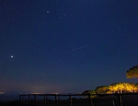 Una Perseide fotografata dall' Isola d'Elba, vicino Capoliveri (fonte: Stefano De Rosa, http://stefanoderosa.com/)