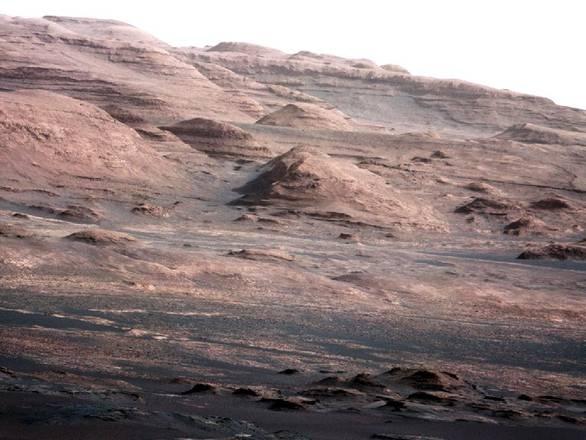 La base del Monte Sharp, un vero scrigno della storia geologica di Marte (fonte: NASA/JPL-Caltech/MSSS)