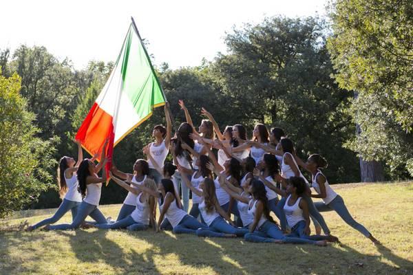 Miss Italia: ragazze straniere rendono omaggio a Tricolore