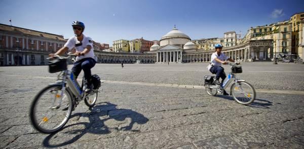 Napoli, vigili in servizio anche in bici - Photostory ...