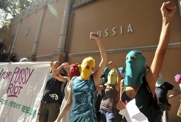 Sostenitori delle Pussy Riot occupano il padiglione Russia alla Biennale