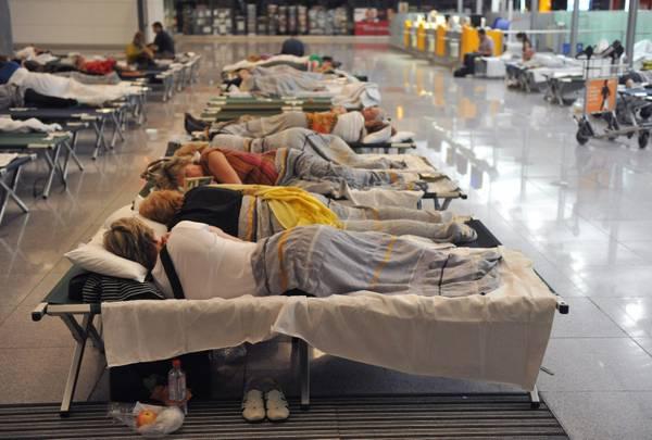 Viaggiatori costretti a dormire nel terminal lufthansa dell