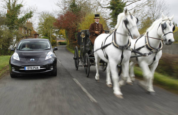 Carrozza a cavalli e Nissan Leaf gareggiano ad armi pari e... stessa velocita' - l'altra faccia della medaglia delle auto elettriche