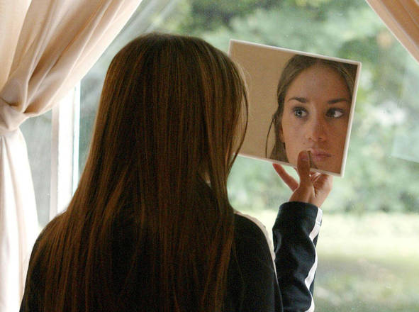 Atelofobia il 39 male 39 delle italiane di sentirsi imperfette estetica salute e benessere - L immagine allo specchio streaming ...