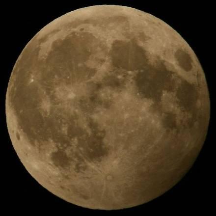 Questa notte eclissi lunare di penombra