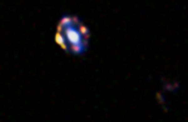 La più lontana lente cosmica mai vista: è una galassia distante 9,4 miliardi di anni luce (fonte:  NASA/ESA/A. van der Wel)