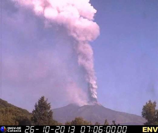 Etna in piena fase eruttiva; 14esima quest'anno