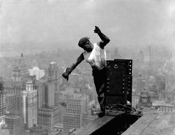 Lewis Hine. Operaio sull'Empire State Building mentre fornisce indicazioni all'operaio addetto al gancio - New York,  1931 dalla serie Empire State Building