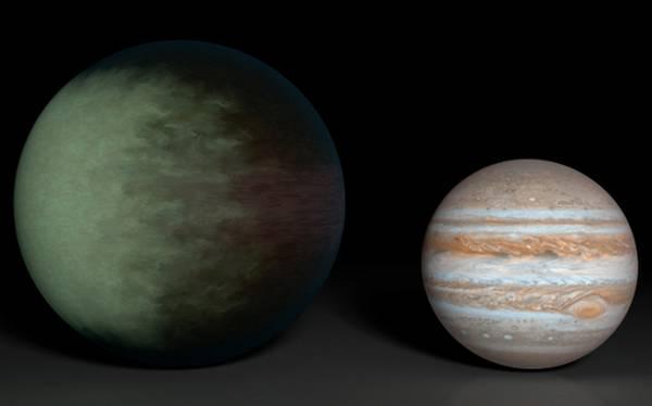 Sulla sinistra una rappresentazione del pianeta Kepler-7b, assanto a Giove (fonte: NASA/JPL-Caltech)