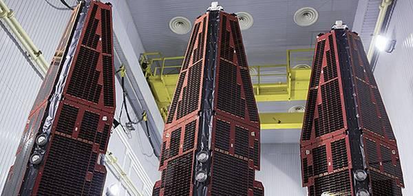 I tre satelliti della missione Swarm studieranno il campo magnetico terrestre (fonte: ESA)
