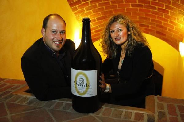 Francesco Monchiero, titolare ed enologo della ditta, e sua moglie Lucrezia, Sales Manager, nell'azienda vitivinicola Monchiero Carbone