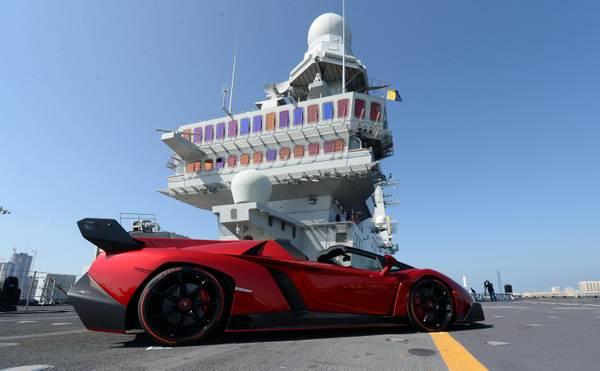 Lamborghini Veneno Roadster ad Abu Dhabi su nave Cavour