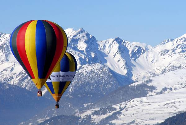 Mongolfiere in volo nel cielo sopra Aosta per festeggiare San Valentino