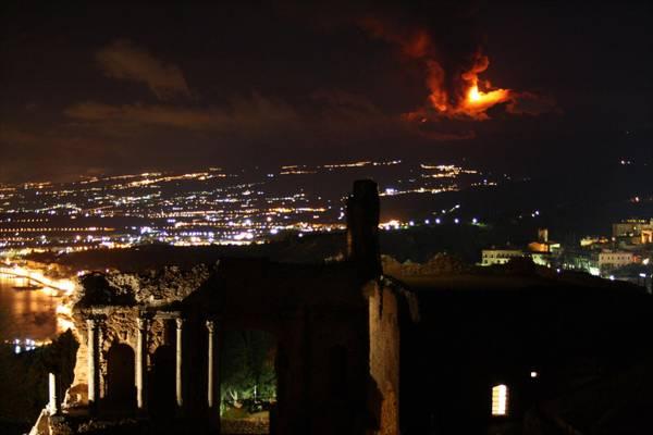 L'eruzione dell'Etna vista dal Teatro Antico di Taormina