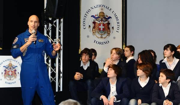 L'astronauta Luca Pamitano nell'incontro con i ragazzi del Convitto nazionale di Torino