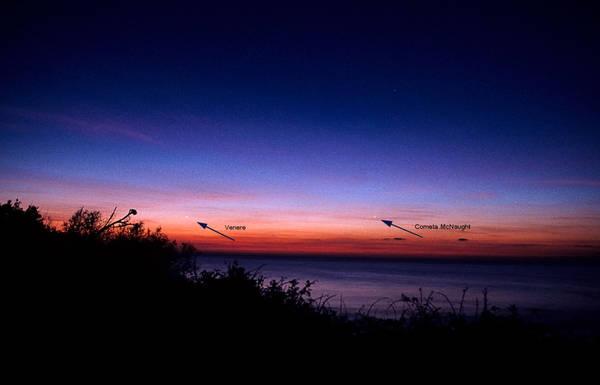 Nel 2007 la cometa McNaught era bassa sull'orizzonte come potrebbe apparire quest'anno la Panstarrs (fonte: Marco Menier, http://meniero.it)