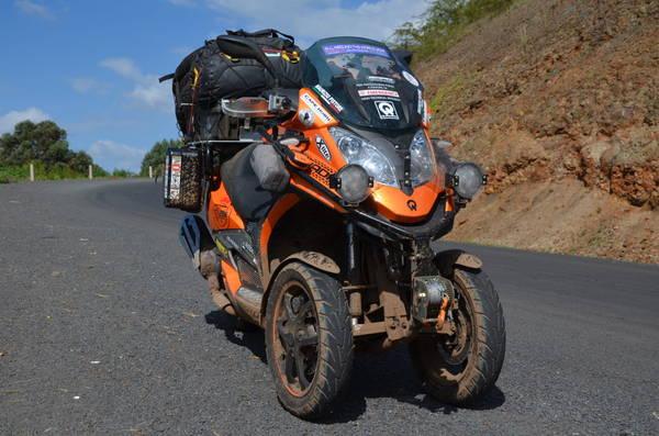 scooter tre ruote quadro vehicles tra protagonisti. Black Bedroom Furniture Sets. Home Design Ideas