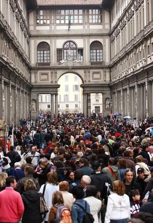 Turisti nel piazzale degli Uffizi a Firenze in una foto d'archivio