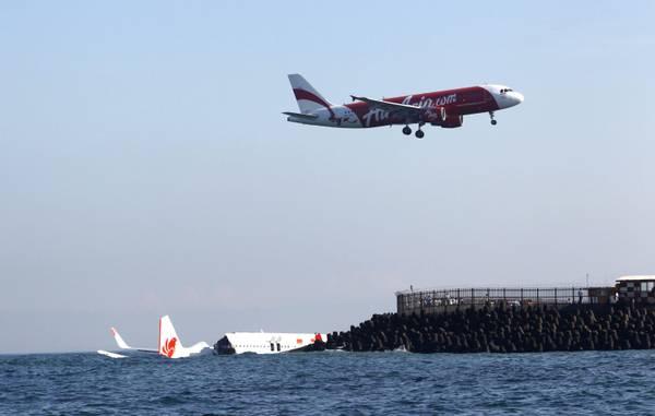 Aeroporto Denpasar : Grognards un immagine dell aereo ammarato vicino l